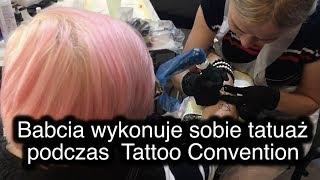Babcia wykonuje sobie tatuaż podczas tattoo Convention