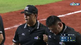 07/29 義大 vs 統一 五局下,主審楊崇煇遭到擦棒球擊中胯下,更換主審林金達