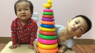 Learn Colors with Stacking Rings | で色を学ぶ 赤ちゃんの幼児 - 子供のための色づ thumbnail
