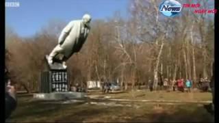 Tin mới nhất : người biểu tình đã kéo đổ tượng Lenin ở các thành phố khác nhau.