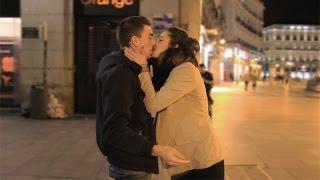 Besando a Desconocidas - Beso o Patada en los Huevos