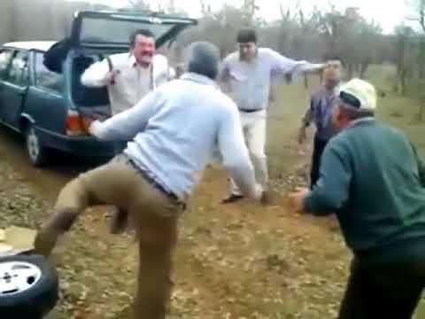 Мужики танцуют на природе