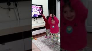 Tatlı ikizler reklamları seviyor 👭💕