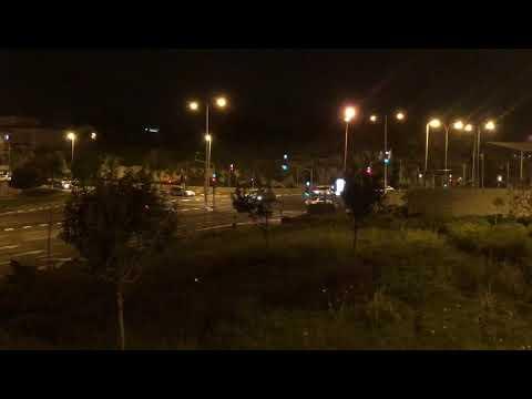 רכב מגיע לצומת בשדרות גולדה מאיר עובר באדום ועוצר. צילום: לירן תמרי