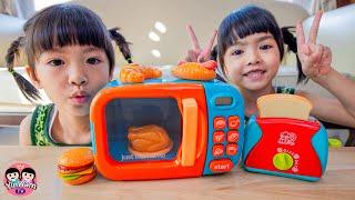 หนูยิ้มหนูแย้ม   เล่นของเล่นไมโครเวฟและเครื่องปิ้งขนมปัง