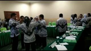 Permainan kelompok untuk membuat kompak dalam organisasi pelatihan penguatan pengurus PGRI EI #pgri