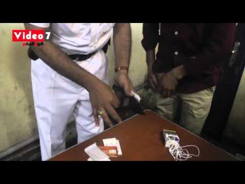 بالفيديو.. أمن المترو يفتش مجموعة من الشباب اشتبه فى تعاطيهم للمخدرات