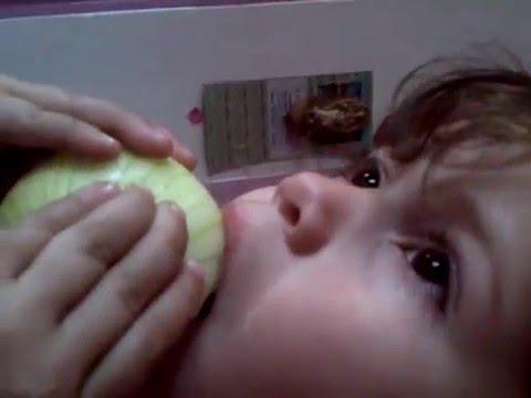 La niña que come Cebolla para ver television  (solo en venezuela )