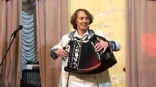 На гармошке играет Павел Уханов.Гармонь не огонь, а душу греет!!!!