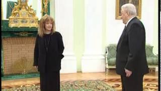 Алла Пугачёва получает награду из рук президента Бориса Ельцина (1999)