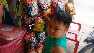 Đồ chơi trẻ em bé pin chạy xe điện đi mua bim bim❤ PinPin TV ❤ Baby toys car snack