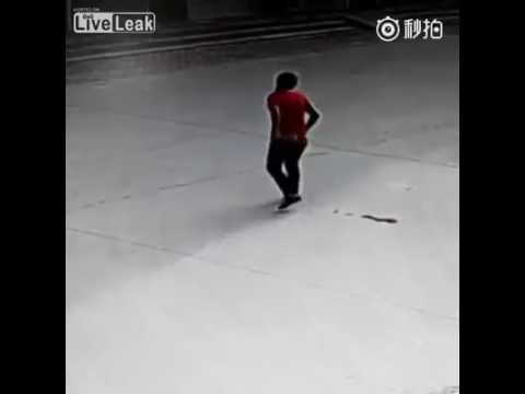 Женщина еле еле добежала до туалета видео секс