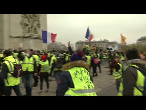 Des gilets jaunes entonnent une Marseillaise sous l'Arc de Triomphe à Paris