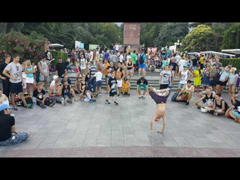Видео: Дети и подростки уличный Брейк данс батл. Очень зрелищная битва Ялта набережная 2016