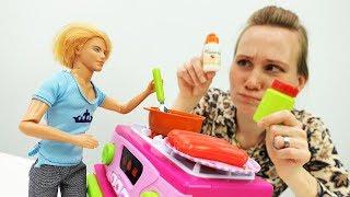 Барби простудилась! Видео для девочек на Мамы и дочки.