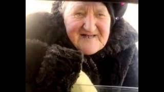 бабуля поет частушки