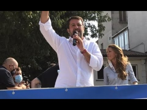 """Ragazzini con maglietta """"partigiani sempre"""" cercano di impedire a Salvini di parlare a Legnano."""