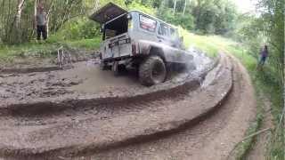 УАЗ купается в грязи