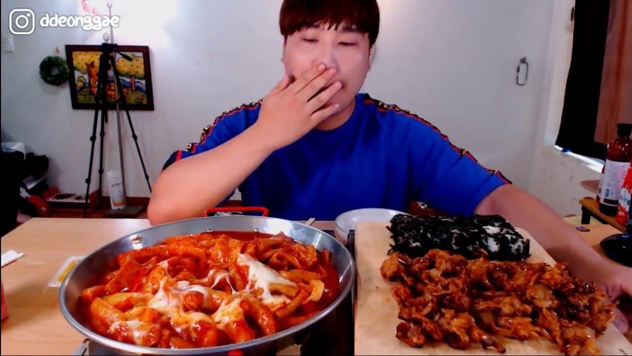 Thánh Ăn Hàn Quốc Mukbang Ăn Xúc Xích Sốt Phô Mai Với Gà Sốt Cay