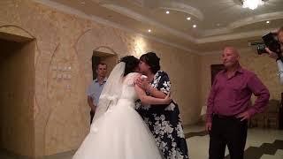 невеста читает стихи родителям на свадьбе