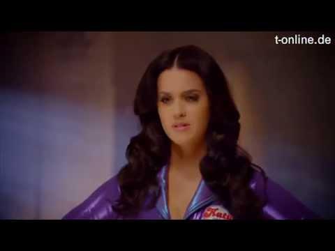 Katy Perry Kämpft Im Hautengen Overall Gegen Fat Cat Youtube