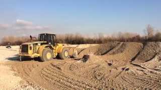 Trans Ghiaia Caterpillar 980G Wheel loader pushing gravel in the river pt.1