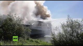 Bomberos de Rusia apagan un barco incendiado en Nizhni Nóvgorod