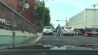 白バイの停止命令をシカトして逃げると警官がキレて車を殴る