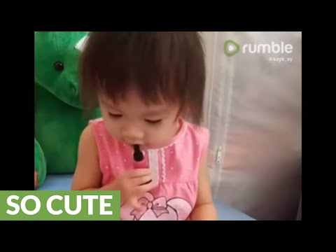 Toddler adorably shows mom how to apply lipstick