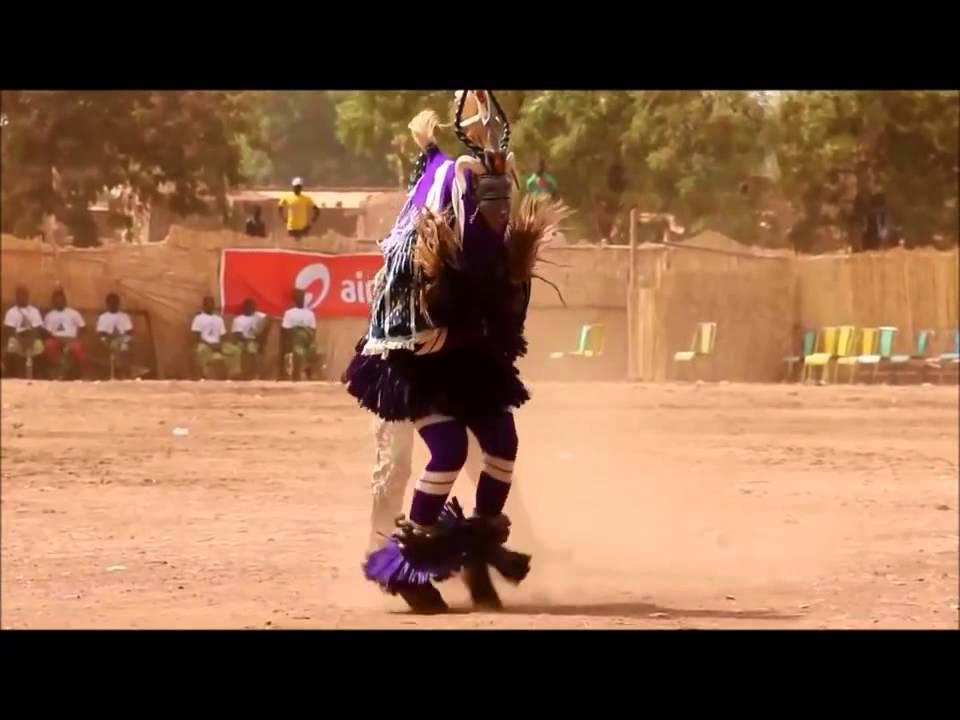 Негритянская девочка танцует