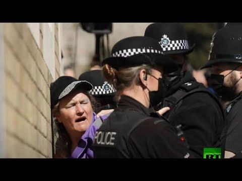 الشرطة البريطانية تطارد متظاهرة عارية الصدر خلال مراسم تشييع الأمير فيليب  - نشر قبل 2 ساعة