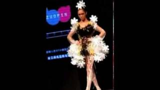 Sexy Model in platform shoes trips and falls during the Chinese fashion show