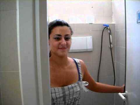 Una donna può andare nel bagno degli uomini!! - YouTube