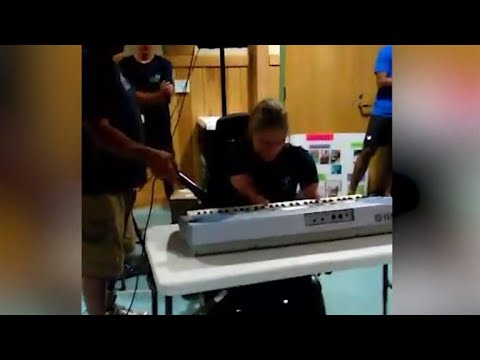 16-Year-Old Amputee Plays Piano For First Time in Front of Crowd