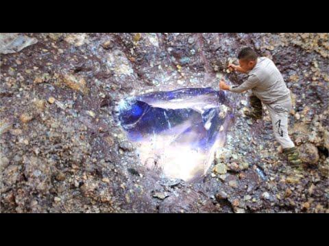 It is a topaz, but it emits blue light! Gems, sapphires, diamonds, rubies宝石,钻石,金矿,翡翠