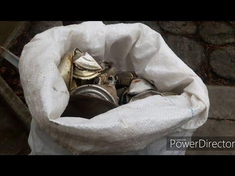 Сбор алюминиевых банок. Коп металла на мусорке.