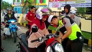 Kapolres Banjar AKBP Takdir Mattanete Berbagi Takjil Kepada Pengguna Jalan