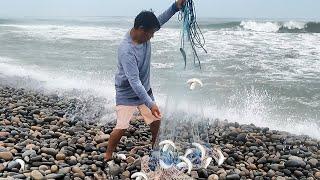 Mira Como se pesca con ATARRAYA en aguas de MAR AGITADO | CAST NET FISHING