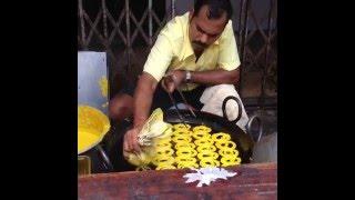 Jalebi (Джалеби) – излюбленное лакомство индийских сладкоежек.(Джалеби – популярное сладкое блюдо индийской кухни. Представляет собой обжаренные желтые кольца или спира..., 2016-04-10T15:00:41.000Z)