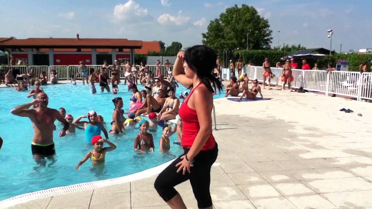 Bailaygoza piscina di trecate ferragosto 2011 chu chu ua youtube - Trecate piscina ...