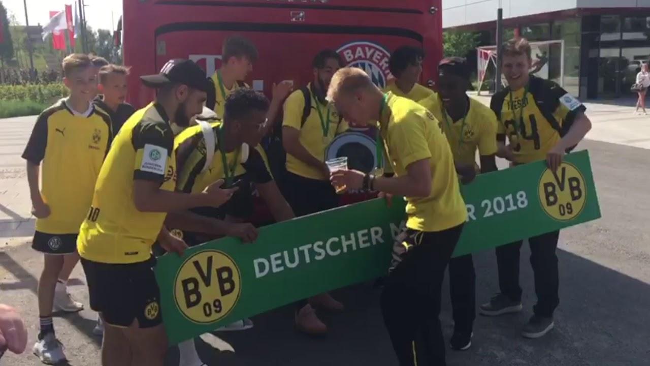 So jubelt die BVB-U17 vor dem Bayern-Bus