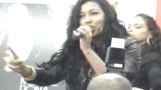"Melanie Fiona performs ""Ay Yo"" @ J&R Music World"