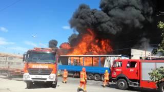 Espectacular incendio en el polígono Fuente del Jarro de Paterna