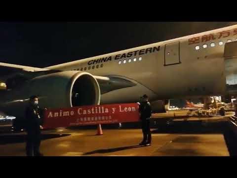 Siguen llegando a CyL aviones con material y éste último desde Shanghai con mensajes de ánimo y más