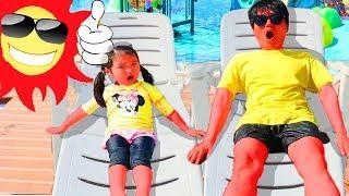 بو لاو أبوها يستمتعان بالسباحة وحمامات الشمس
