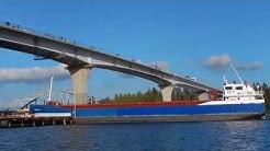 Rahtialus Egon W kohtaa vanhan ja uuden Jännevirran sillan 3. 9. 2018