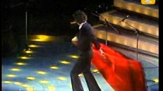El gran Raphael presentándose en el Show del Festival Internacional...