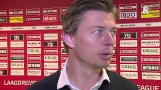 Trainer Jon Dahl Tomasson in gesprek met Dennis van Eersel