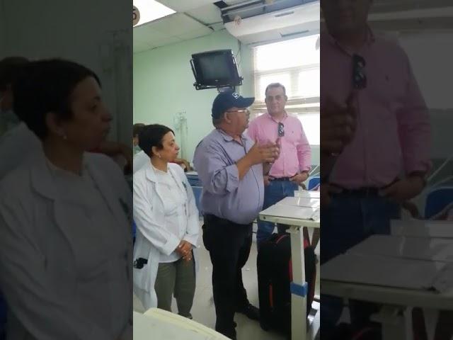 Director SNS Chanel Rosa trata de explicar hacinamiento en el Arturo Grullón de Santiago.