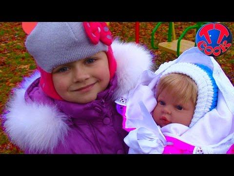 VLOG Ярослава на прогулке с Куклой Запускаем Мыльные Пузыри Angry Birds Blowing Bubbles